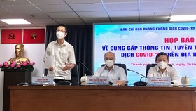 Deputy head of the HCMC Steering Committee for Covid-19 Prevention and Control Pham Duc Hai speaks at the conference. (Photo: SGGP)
