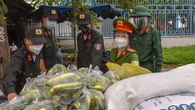 Military officers provide food for local people in Tam Binh Ward, Thu Duc City. (Photo: SGGP)