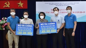 Chairwoman of the Vietnam Fatherland Front of HCMC To Thi Bich Chau (C) receives donations from  the Ministry of Finance and Bao Viet Insurance Corporation. (Photo: SGGP)