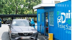 The drive-thru coronavirus testing station is placed at the Mega Market in Thu Duc City's An Phu Ward. (Photo: SGGP)