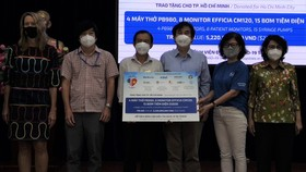 The Standing Board of the HCMC chapter of Vietnam Fatherland Front receives medical supplies from the American Chamber of Commerce in Vietnam . (Photo: SGGP)