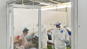 Healthcare workers care for severe Covid-19 patients at a field hospital. (Photo: SGGP)