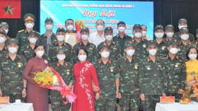 Vice Secretary of the municipal Party Committee Nguyen Ho Hai (white shirt) and District 1's leaders extend sincere thanks to the soldiers. (Photo: SGGP)
