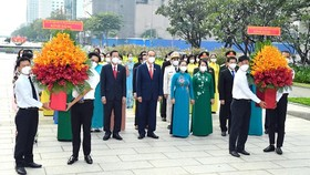 Members of the HCMC NA Delegation offer flowers to late President Ho Chi Minh. (Photo: SGGP)