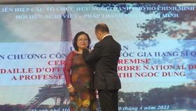 Trao huân chương Sĩ quan Công trạng quốc gia Pháp tặng Chủ tịch Hội hữu nghị Việt - Pháp TPHCM
