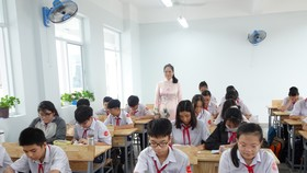 Học sinh khối 7, Trường THCS Vân Đồn (quận 4) vui mừng học tập trong cơ sở mới