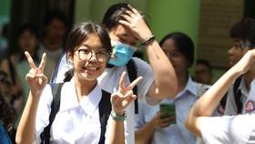 Các em thí sinh tại điểm thi trường THCS công Kiến Thiết, Quận 3 sau khi kết thúc phần thi môn Toán. Ảnh: HOÀNG HÙNG
