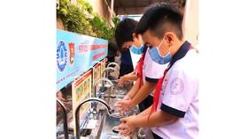 TPHCM: Tặng 100 máy rửa tay sát khuẩn tự động cho các trường tiểu học và THCS