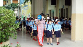 TPHCM: Học sinh lớp 1 phấn khởi trong ngày tựu trường năm học mới