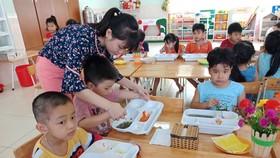 Tăng cường kiểm tra, giám sát an toàn thực phẩm để đảm bảo sức khỏe học sinh. Ảnh minh họa