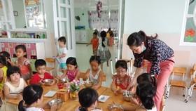 Các bé Trường Mầm non Khu chế xuất Tân Thuận trong giờ ăn trưa