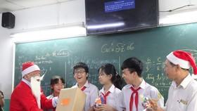 Thầy hiệu trưởng hóa thân thành ông già Noel tặng... iPhone 12 cho học sinh