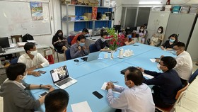 Trường THPT Nguyễn Du họp và quyết định cho học sinh nghỉ học do ảnh hưởng của Covid-19. Ảnh: HOÀNG HÙNG