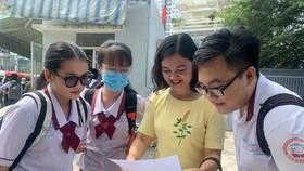 Học sinh và giáo viên sau khi kết thúc giờ làm bài môn Ngữ văn tại điểm thi THPT Gia Định