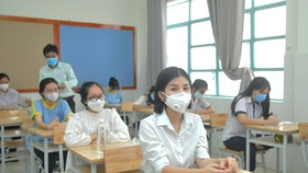 Thí sinh tại điểm thi Trường THPT Lương Thế Vinh trước giờ thi môn Ngữ văn. Ảnh: CAO THĂNG