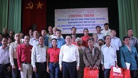 Phó Thủ tướng Chính phủ Vương Đình Huệ trao quà tết cho người nghèo tại Bến Tre