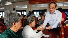 Bí thư Thành ủy TPHCM Nguyễn Thiện Nhân trao quà cho bà con nghèo tỉnh Trà Vinh