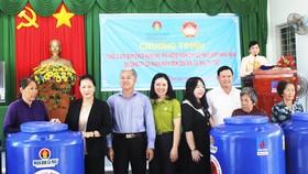 Trao tặng 2.000 bồn nước cho người dân vùng hạn mặn Bến Tre