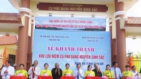 Ông Trần Ngọc Tam, Chủ tịch UBND tỉnh Bến Tre, cùng các đại biểu cắt băng khánh thành Khu lưu niệm cụ Phó bảng Nguyễn Sinh Sắc. Ảnh: TÍN HUY