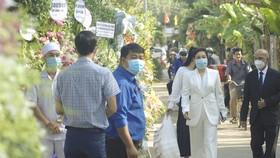 Đông đảo người dân đến viếng đồng chí Trương Vĩnh Trọng
