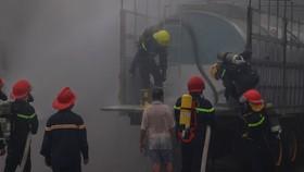 Xe chở hóa chất độc hại bất ngờ bốc khói cả chục mét