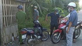 Tổ công tác xã Châu Hòa kiểm tra người dân trên địa bàn khi đang triển khai thực hiện Chỉ thị 16