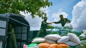 Hơn 100 cán bộ chiến sĩ Trung đoàn 320 hỗ trợ vận chuyển nông sản. Ảnh: THẾ HIỂN
