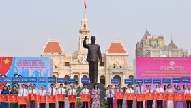 Chủ tịch UBND TPHCM Nguyễn Thành Phong và Phó Chủ tịch UBND TPHCM Nguyễn Thị Thu trao cờ thi đua cho các Cụm trưởng, Khối trưởng thi đua TP. Ảnh: VIỆT DŨNG