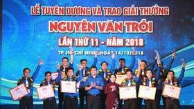 Bà Võ Thị Dung, Phó Bí thư Thành ủy TPHCM chúc mừng các cá nhân đạt giải thưởng Nguyễn Văn Trỗi năm 2018