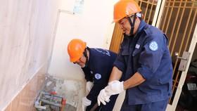 Nhân viên Công ty Cổ phần Cấp nước Gia Định thực hiện trám lấp giếng khoan tại nhà dân tại phường 11, quận Bình Thạnh
