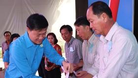 Chủ tịch Công đoàn Viên Chức TPHCM Lương Tuấn Anh trao quà tết CC-VC-NLĐ khó khăn