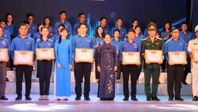 Đồng chí Võ Thị Dung, Phó Bí thư Thành ủy TPHCM trao bằng khen các điển hình thanh niên tiên tiến làm theo lời Bác