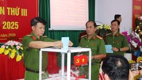 Các đại biểu bầu Ban chấp hành Đảng bộ Trung đoàn CSCĐ Đông Nam TPHCM