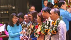 Đồng chí Trần Thị Diệu Thúy, Chủ tịch LĐLĐ TPHCM tuyên dương cá nhân người lao động tiêu biểu