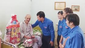 Anh Lê Quốc Phong, Ủy viên dự khuyết BCH Trung ương Đảng, Bí thư thứ nhất Trung ương Đoàn thăm hỏi thương binh tại Trung tâm Dưỡng lão Thị Nghè