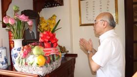 Đồng chí Phan Nguyễn Như Khuê thắp hương tưởng nhớ đồng chí Trần Trọng Tân