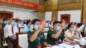 Đại biểu tham gia biểu quyết tại đại hội quận Phú Nhuận chiều 12-8