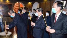 Đồng chí Nguyễn Thiện Nhân, Ủy viên Bộ Chính trị, Bí thư Thành ủy TPHCM  cùng các đại biểu dâng hương tưởng niệm Chủ tịch Tôn Đức Thắng