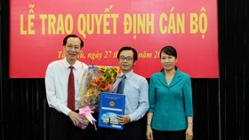 Đồng chí Lê Thanh Liêm, Phó Chủ tịch Thường trực UBND TPHCM trao quyết định cho đồng chí Phạm Minh Mẫn
