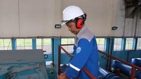 Nhân viên Nhà máy nước thực hiện bảo trì máy móc