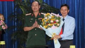 Thiếu tướng Nguyễn Văn Nam chúc mừng đồng chí Lê Văn Chiến nhận nhiệm vụ mới