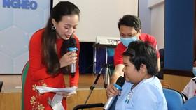 Ông Hồ Xuân Lâm, Phó Chủ tịch Liên đoàn Lao động TPHCM trao học bổng cho con công nhân