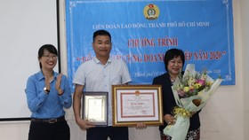 Bà Trần Thị Diệu Thuý, Chủ tịch LĐLĐ TPHCM trao bằng khen tuyên dương lãnh đạo Công ty Giấy A.F.C