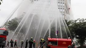 Các phương tiện chữa cháy hiện đại được huy động đến hiện trường