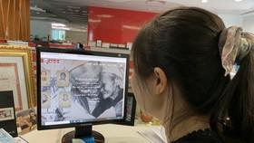 Người dân tìm hiểu thông tin Mẹ Việt Nam Anh hùng qua web