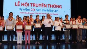 CEP trao quà chăm lo lao động nghèo ảnh hưởng dịch Covid-19