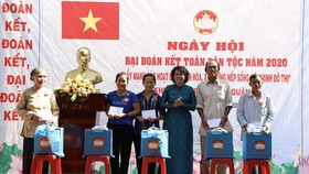 Đồng chí Tô Thị Bích Châu, Chủ tịch Ủy ban MTTQ Việt Nam TPHCM trao quà cho người dân tại ngày hội