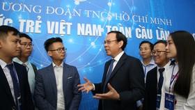 Bí thư Thành ủy TPHCM Nguyễn Văn Nên trao đổi cùng các trí thức trẻ tham gia diễn đàn