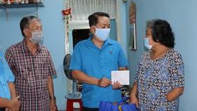 Thăm, động viên công nhân bị tai nạn lao động