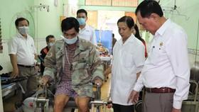 Người bệnh tập vật lý trị liệu trên máy vừa được tặng tại phòng khám Hội Chữ thập đỏ quận 8